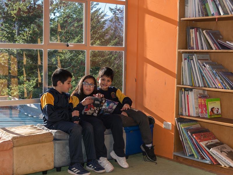 biblioteca colegio sta aysén